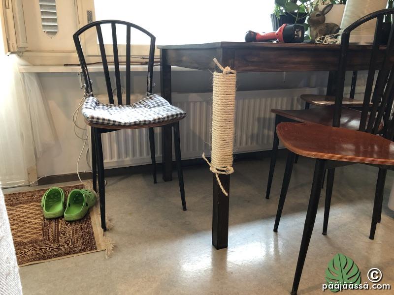 raapimisteline kissalle pöydän jalkaan